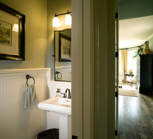 Small Bathroom: Pedestal Sink
